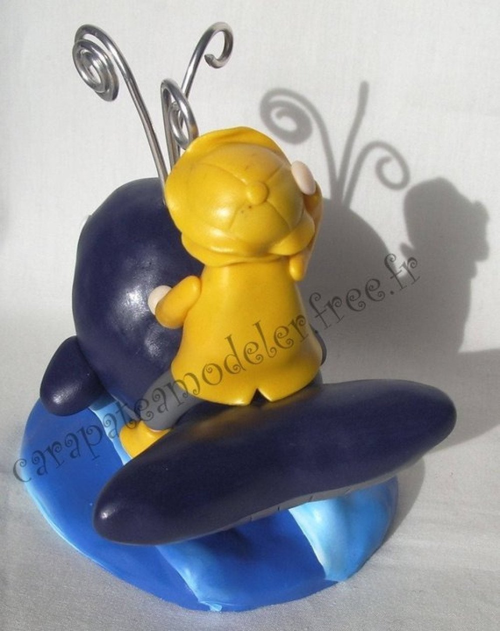 Porte photo baleine et petit garçon en ciré jaune