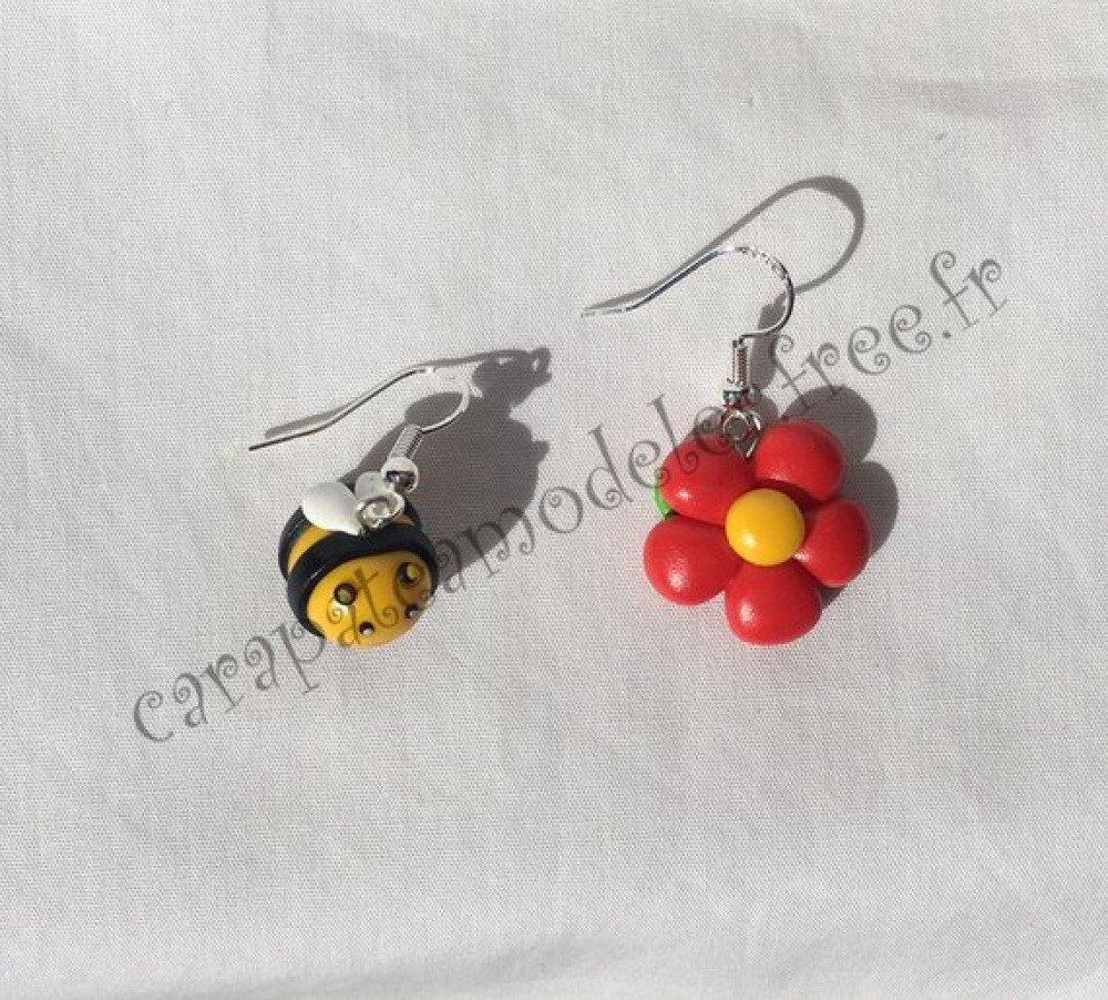 Paire de boucles d'oreille abeille et fleur