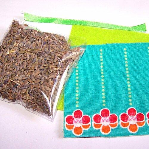 Kit petit coussin de provence au lavandin motif kawaii fleurs sur fond turquoise