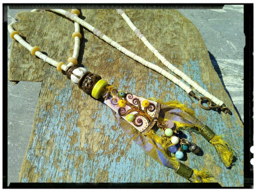 Discrétion - poétique -coloré -bohème- pendentif métal cuivré  -  perles en en os- soie de sari - perle en verre filé au chalumeau