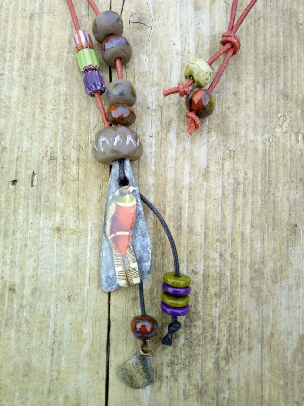 Le perroquet - collier tribal - ethnique - per en céramique brute peinte- cordon cuir