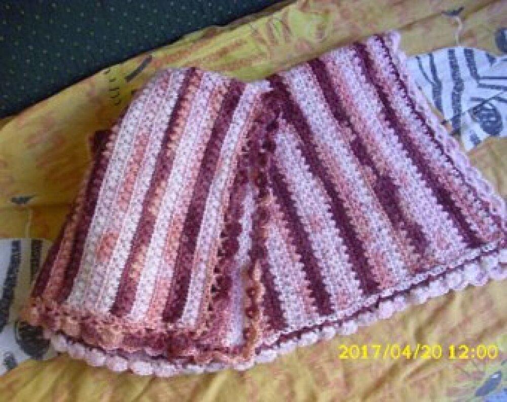 couverture pour bébé ,landau ou couffin réalisé en angora de 82 cm par 62 cm