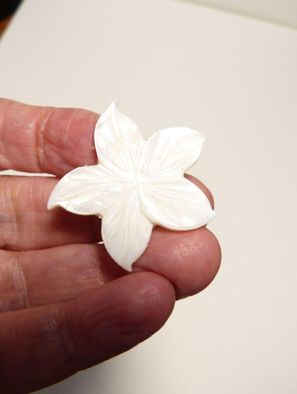 Cabochon fleur en nacre blanche