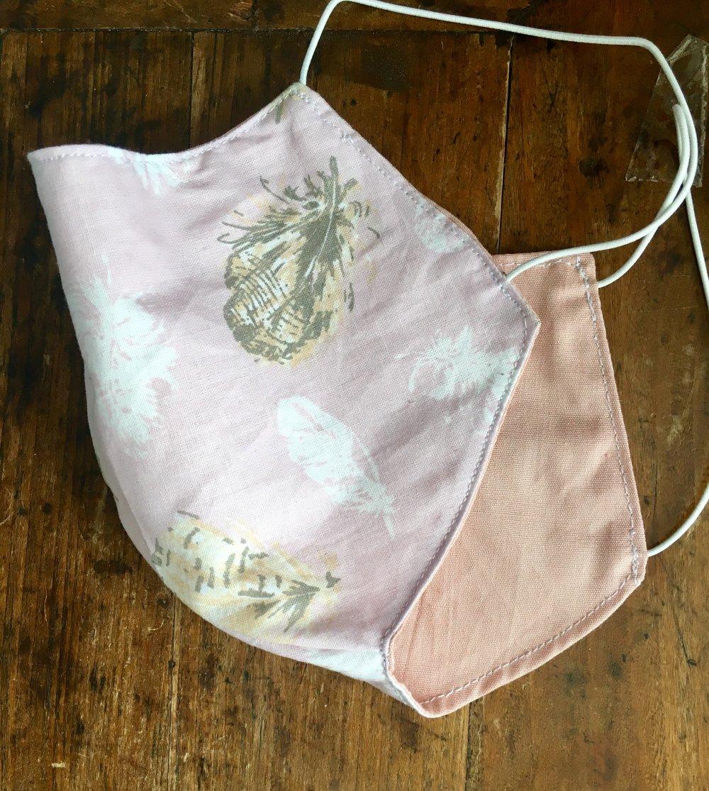 Masque en tissu rose motif plumes