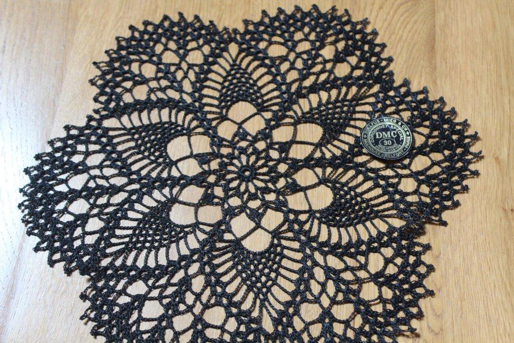 Napperon au crochet -Auréole - fil cordonnet DMC Noir 30 très très fin