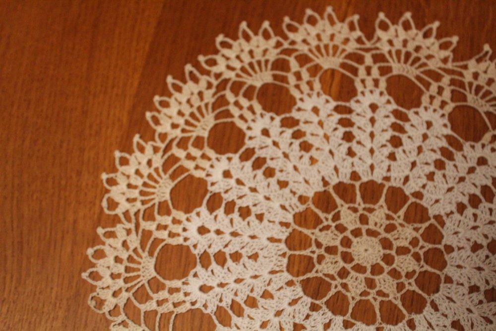 Napperon au crochet rond RENOUVEAU Dentelle au crochet - coton écru et blanc - deux couleurs - très très fin DMC Cébélia 30
