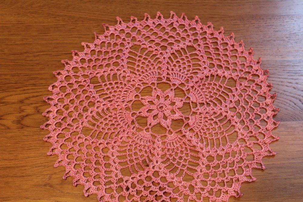 Napperon au crochet rond- PARISIENNE- Coton perlé rose vif très fin FAIT MAIN