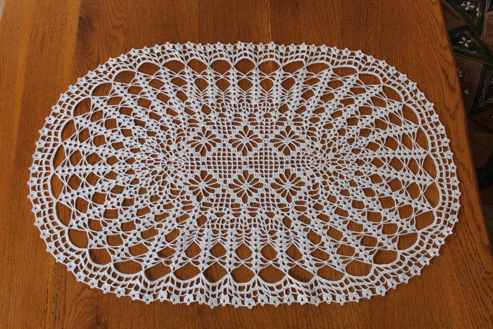 Napperon de forme ovale au crochet - modèle CHENONCEAU Fil DMC Babylo 20 blanc