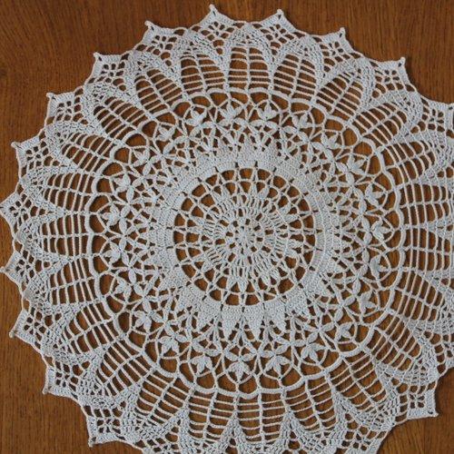 Napperon rond au crochet - modèle altesse fil sartel très fin