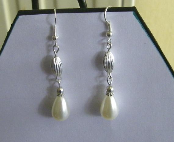 boucles d'oreille fantaisie perle argentée et perle goutte couleur nacrée