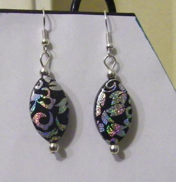 boucles d'oreille fantaisie perle ovale noire et reflets argentés