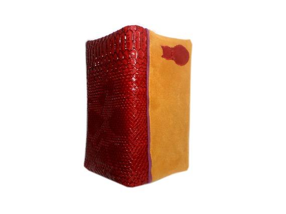 CATSOO  Porte chéquier chat Catsoo simili cuir imitation croco rouge foncé et suédine jaune ocre safran