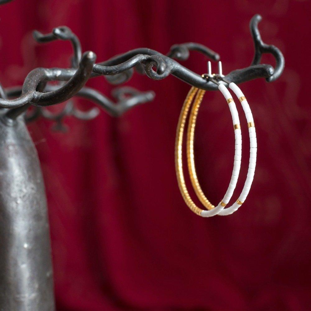 Créoles blanches et or, en titane pur et perles de verre - Boucles d'oreilles hypoallergéniques