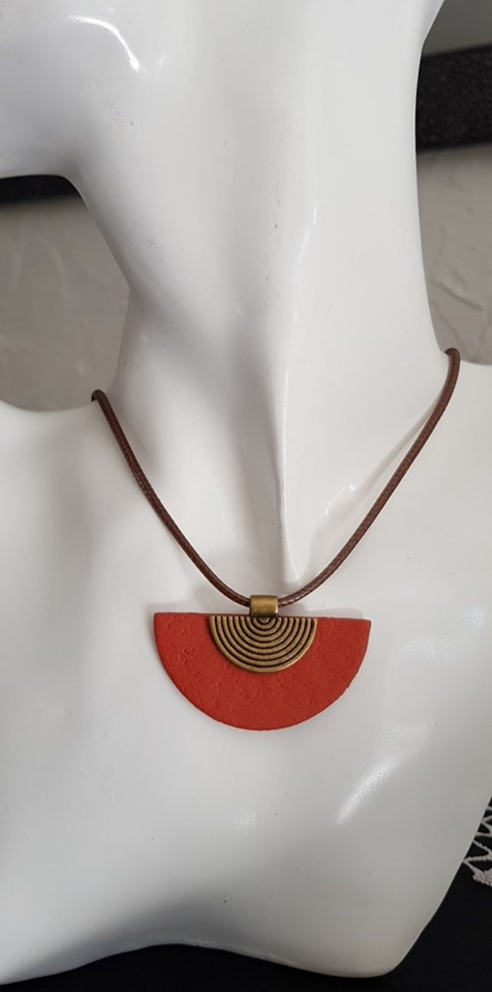 collier effet simili cuir marron et rouge