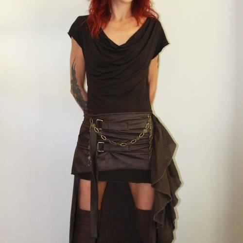 Sur jupe , simili cuir , marron , bronze , courte à l'avant et longue à l'arrière
