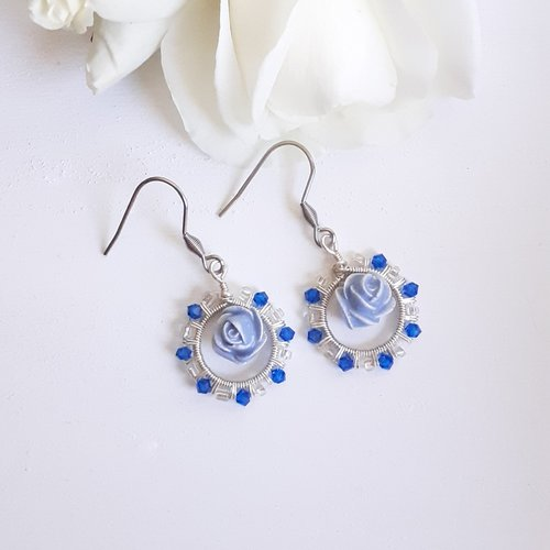 Boucles d'oreilles petite rose bleu ciel dans son cercle de toupies