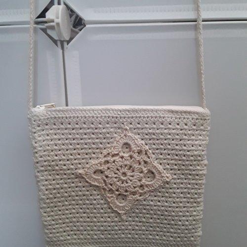 Sac crochet coton , granny grand mère bobho bohème , sac bandoulière , coton beige, écru , breloque , pompon