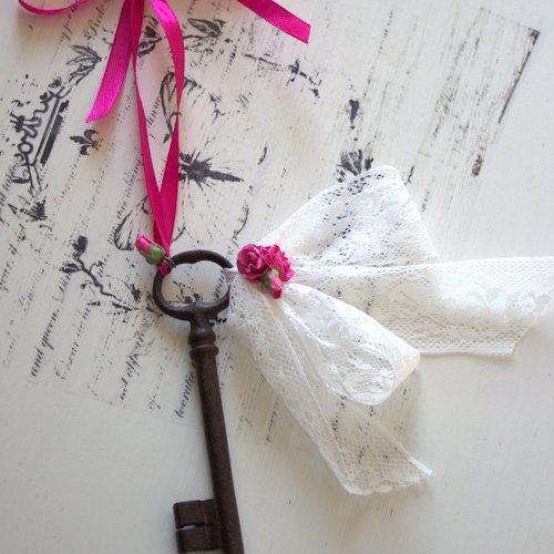 Ancienne clé romantique - bijou de porte ou à poser - esprit shabby chic- dentelles et petites fleurs
