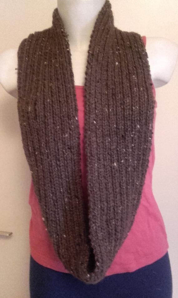 Snood homme, tour de cou tricoté en cotes 2x2, avec un fil de couleur terre, marron, 75 % laine mérinos et 25 % acrylique
