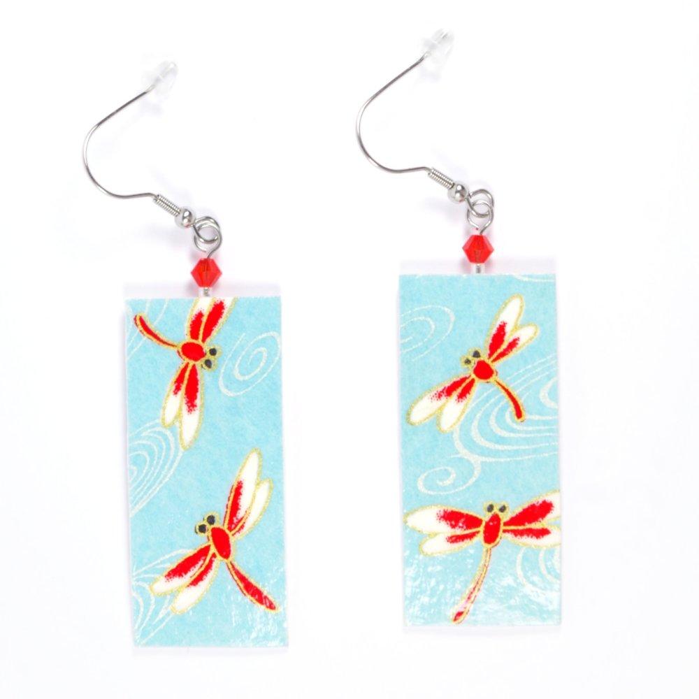 Boucles d'oreilles rectangulaires en papier japonais bleu avec des libellules rouges