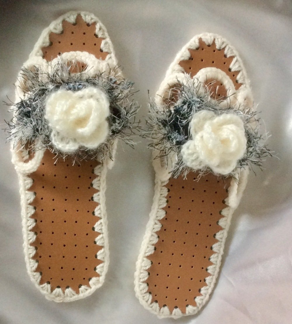 Chaussons pantoufles  à semelles au crochet fait main et cuire d'agneau noire pour femme,fille avec décor Grande rose