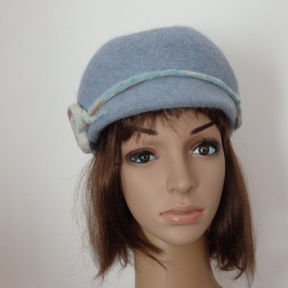Casquette cloche en poils de lapin bleue. Décor fleur de laine artisanal, chapeau chic, casquette vintage