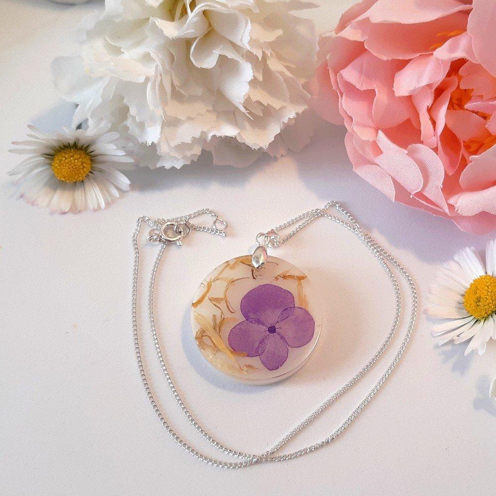 Collier mi-long ** Eva** en résine, fleurs séchées