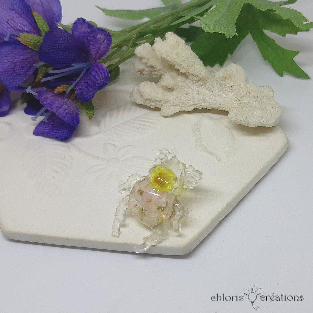 Broche *Scarabée Samson** en résine et véritables fleurs séchées