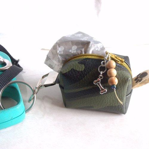 Distributeur ou pochette pour sacs à déjections canines en simili cuir camouflage à accrocher sur laisse du chien avec anneau