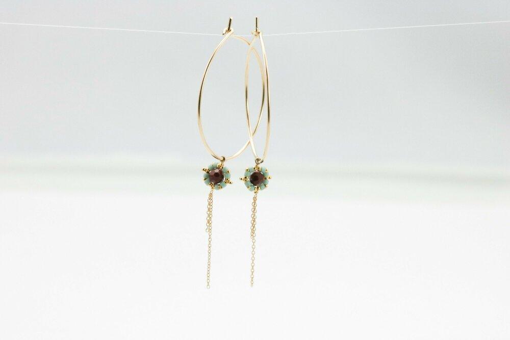 Délicates Créoles dorées or fin 14K , fines boucles de style minimaliste, pendentif chaîne et perles, création Clairegarriguesjewel