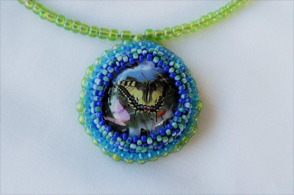 collier réalisé avec une capsule de champagne surcyclée, et sertie de perles de rocaille