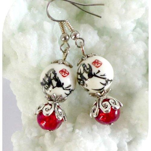 Boucles d'oreilles perles de verre rouges et céramique blanche et noire.
