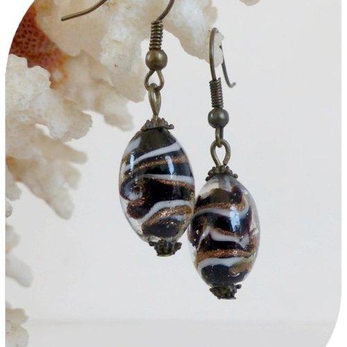 Boucles d'oreilles perles de verre marron , bronze et blanches .