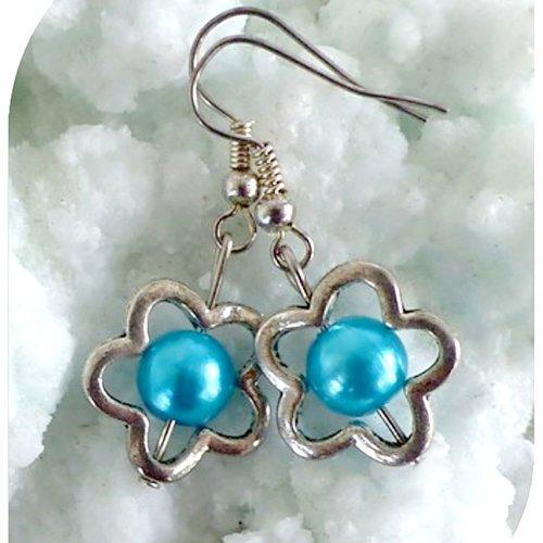 Boucles d'oreilles perles nacrées bleues  et perles intercalaires argentées .