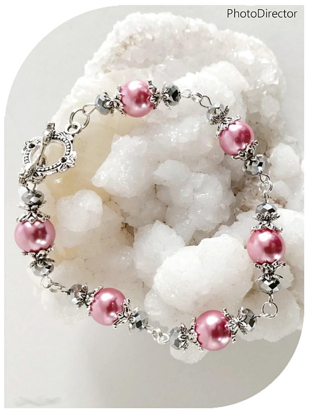 Bracelet perles de verre roses et cristal swarovski gris.