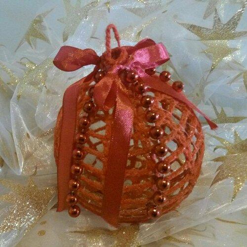 Décoration de noël grosse boule  en coton ruban de satin et perles rouges