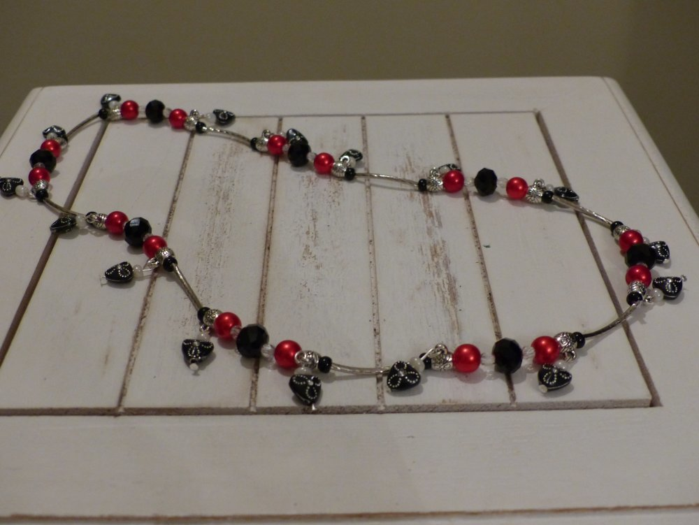 Collier mi long avec pendants strass noirs et perles rouges