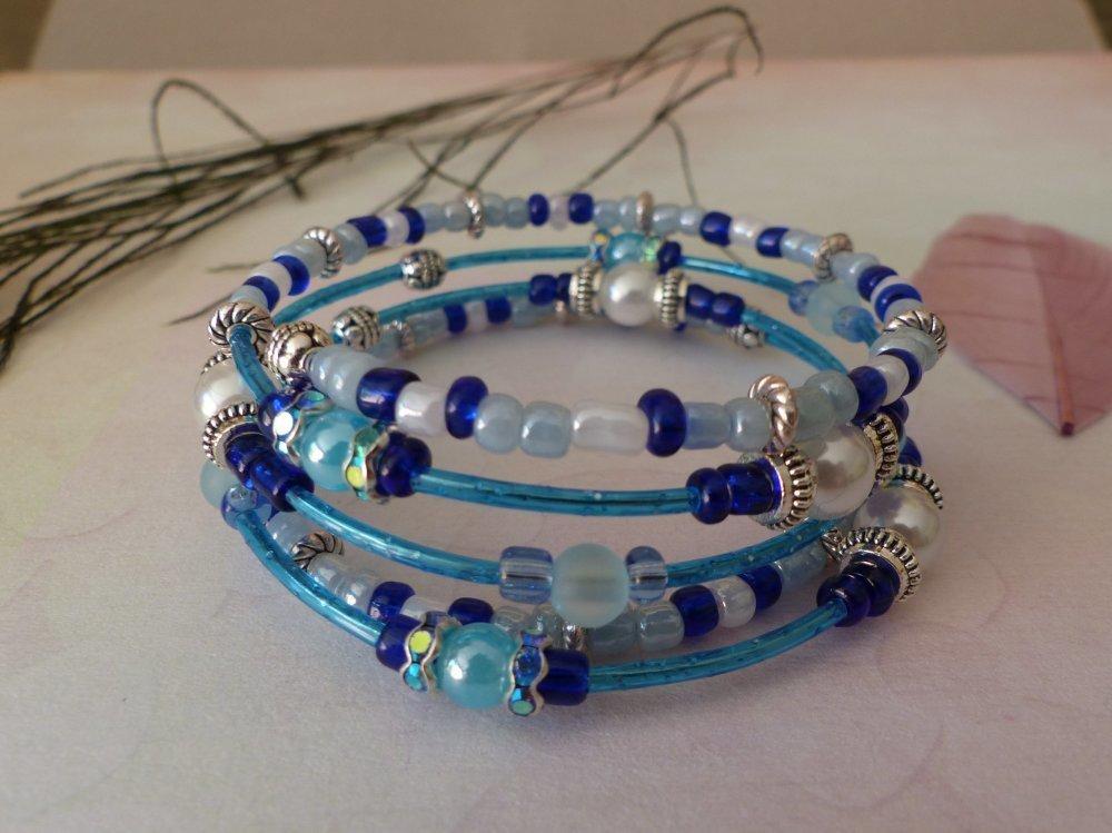 Bracelet à mémoire de forme bleu, perles blanches et brillants strass