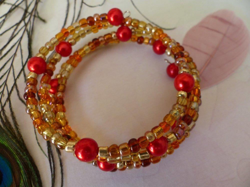 Bracelet à mémoire de forme doré marron et perles rouges