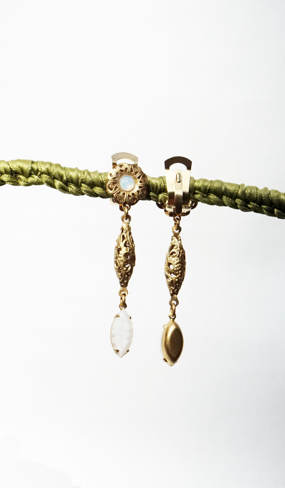 CLIPS Boucles d'oreilles Clips Blanc & Metal doré Perle cristal vintage Perle filigrane Bijoux créateur Création Francaise