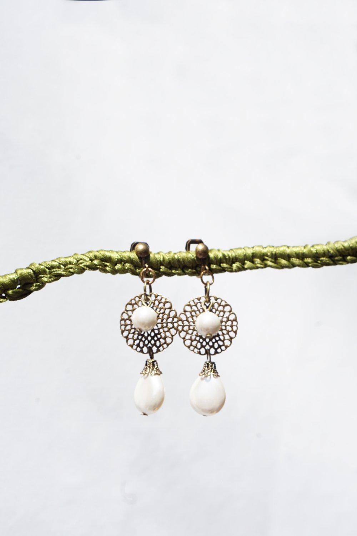 CLIPS Boucles d'oreilles Clips Blanc Nacre & Estampe Bronze Bijoux créateur Création Française Fait main