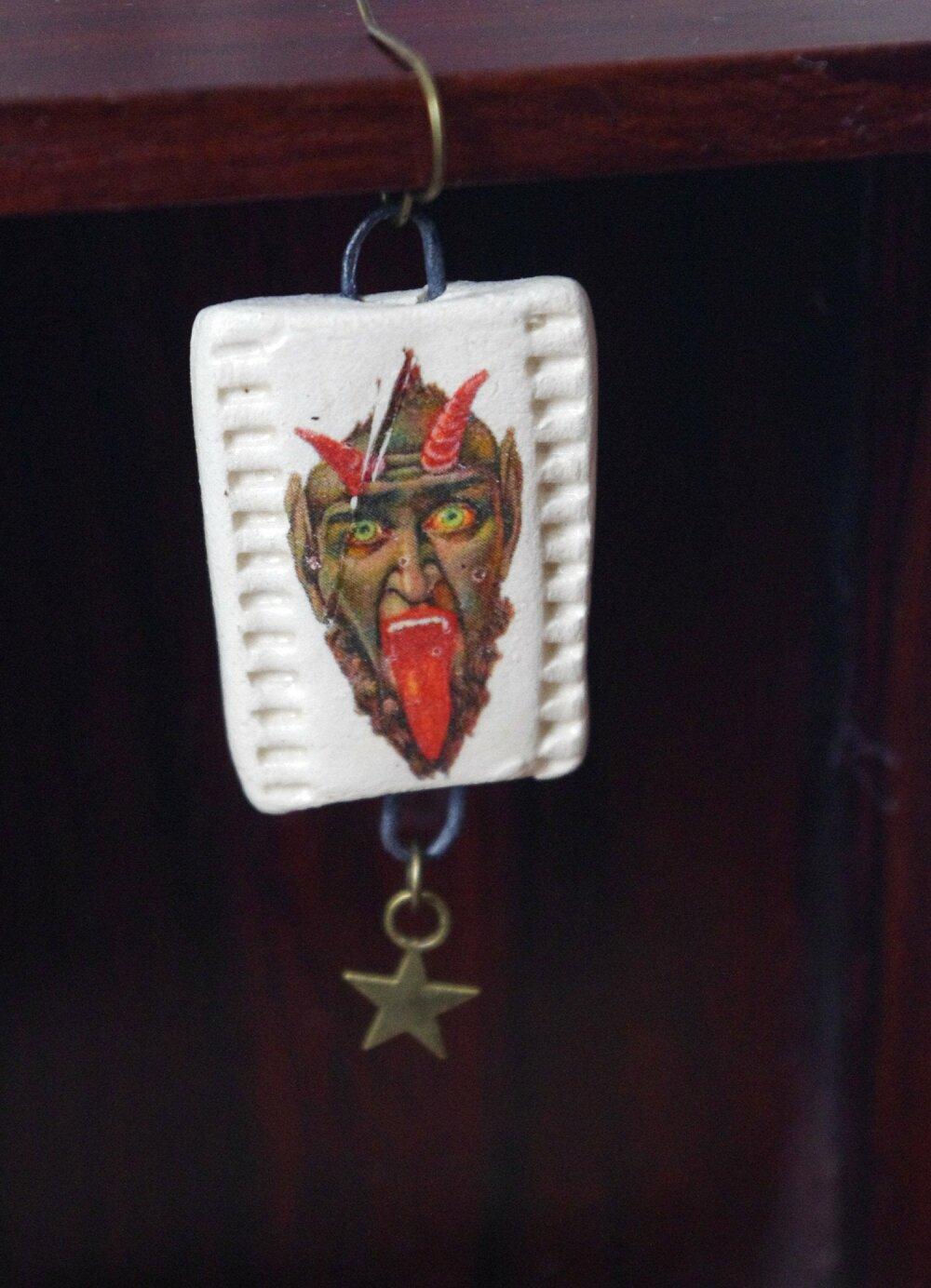 Boucle d'oreille homme, pendante diable, bijou diablotin - crochet en laiton