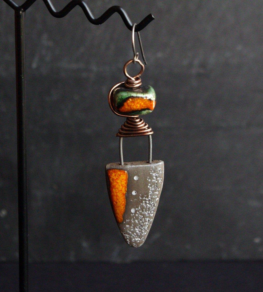 Boucle d'oreille homme, pendante orange, bijou céramique - crochet en titane