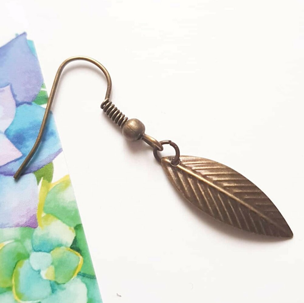 Boucle d'oreille homme, pendante plume, bijou bronze - crochet laiton