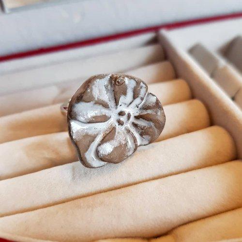 Bague fleur oeillet marron, ajustable au doigt, cabochon céramique artisanale