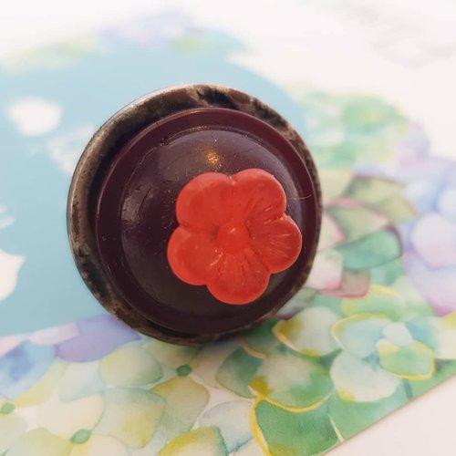 Bague recyclée bouton ancien, cadeau zéro déchet, ajustable au doigt - marron foncé rouge