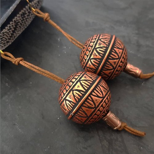 Boucles d'oreilles pendantes large sphère bronze, bijou ethnique