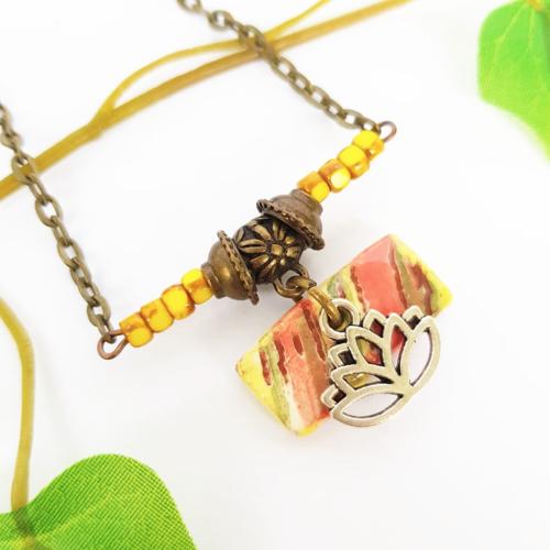 Collier plastron fleur de lotus, pendentif rayé, bijou zen, jaune multicolore