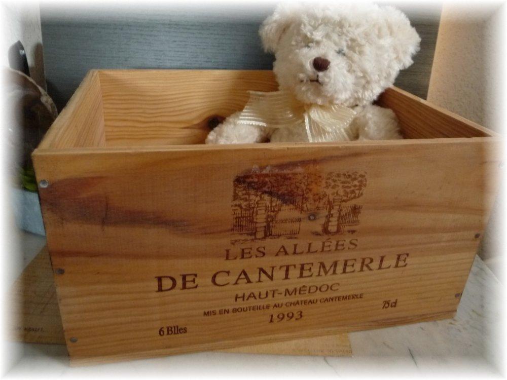Caisse de vin transformée en caisse de rangement