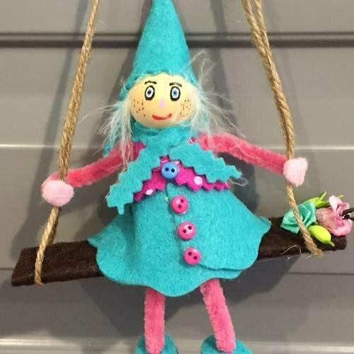 lutin sur balançoire en feutrine,décoration de noel,lutin,elfes
